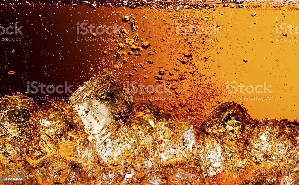 コーラに氷を入れます。 食品背景 ストックフォト
