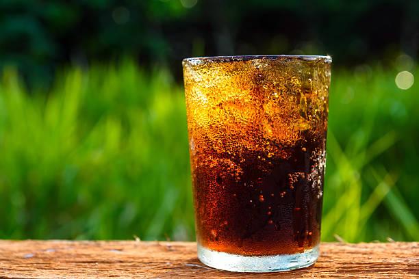 cola in Glas mit Eis Hintergrund mit verwischen Natur – Foto