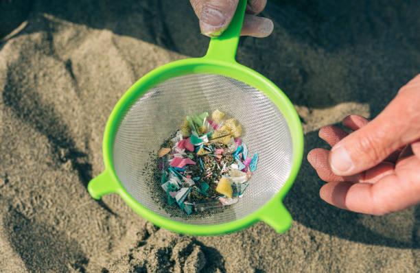 Färben mit Mikroplastik am Strand – Foto