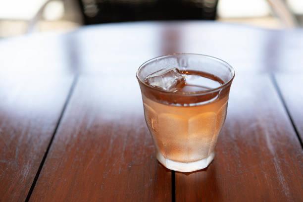 カフェテーブルの冷たいあずき豆茶。 - ice break ストックフォトと画像
