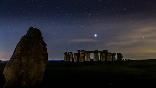 Eine kalte und sterneneduzte Nacht in Stonehenge in Wiltshire, Großbritannien. – Foto