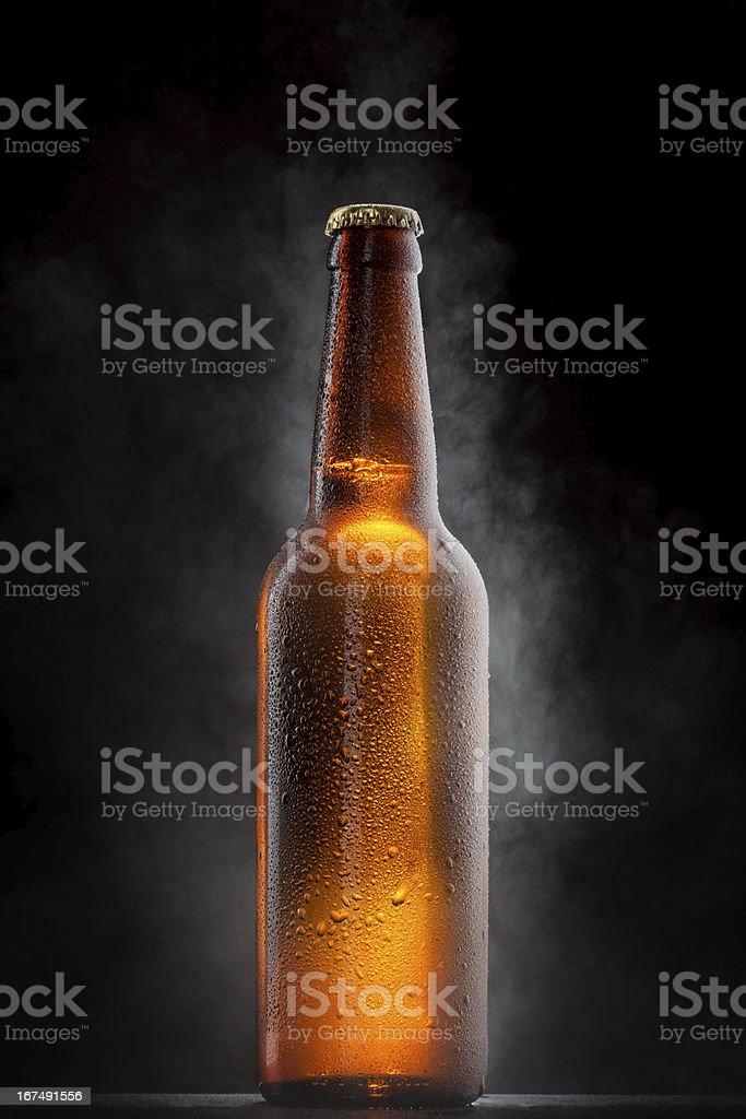 Botella de cerveza fría con gotas, y escarcha vapor sobre negro - foto de stock