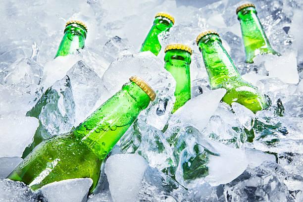 Botellas de cerveza fría de hielo - foto de stock