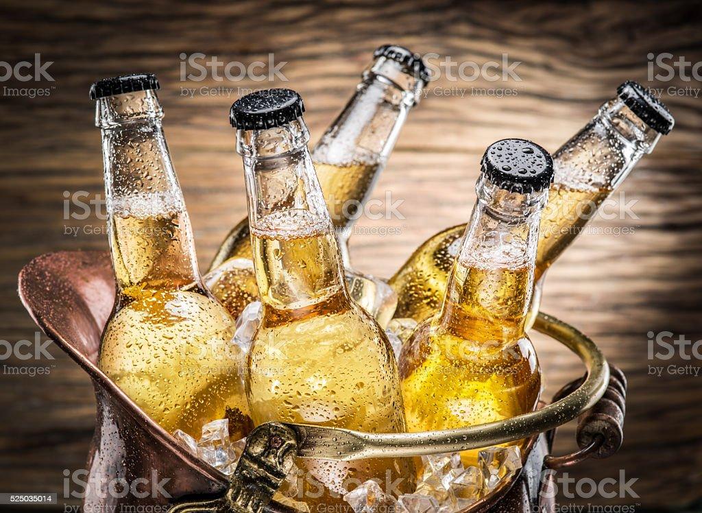 Frio garrafas de cerveja no balde descarado. - foto de acervo