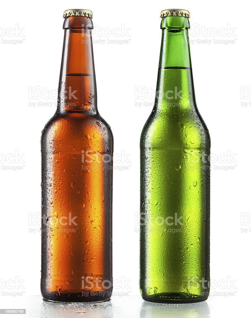 Botellas de cerveza con gotas de agua sobre fondo blanco - foto de stock