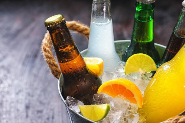 Kalte Flaschen von verschiedenen Drinks in The Ice Bucket – Foto