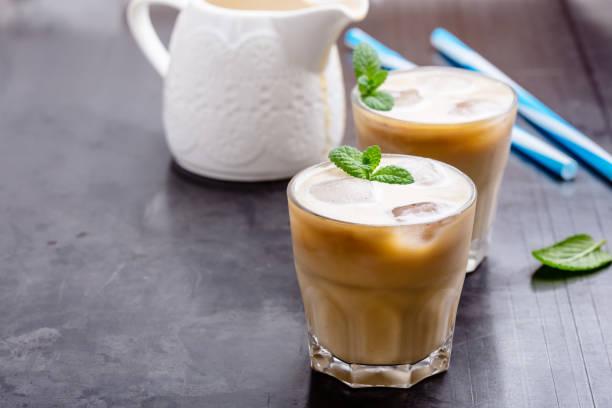 cold brew coffee mit sahne - hausgemachter eiskaffee stock-fotos und bilder