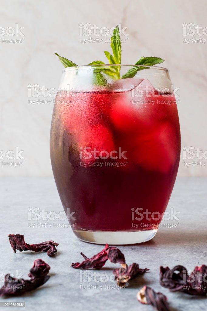 Brew Hibiscus té frío con hielo y hojas de menta. - foto de stock