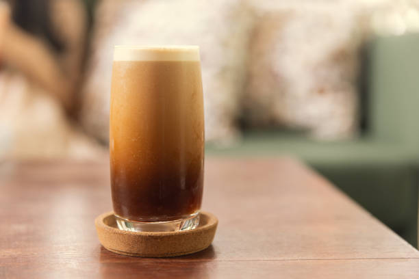 cold brew or nitro coffee drink in the glass with bubble foam - azoto foto e immagini stock
