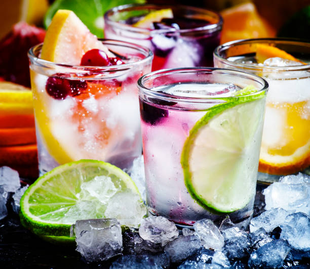 eau froide avec des glaçons, mise au point sélective agrume - boisson rafraîchissante photos et images de collection