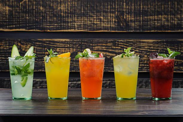 kalte cocktails - farbiges glas stock-fotos und bilder