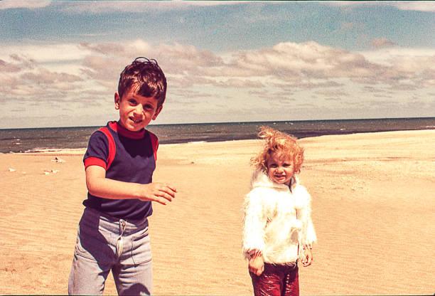 海灘寒冷的一天 - 復古風格 個照片及圖片檔