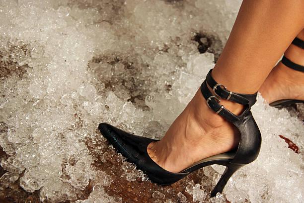 kalte füße - schwarze hohe schuhe stock-fotos und bilder