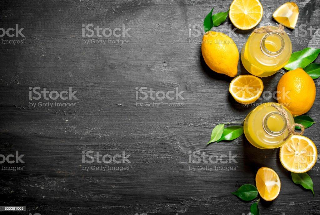 Kalte frische Limonade mit Scheiben von reifen Zitronen. - Lizenzfrei Alt Stock-Foto