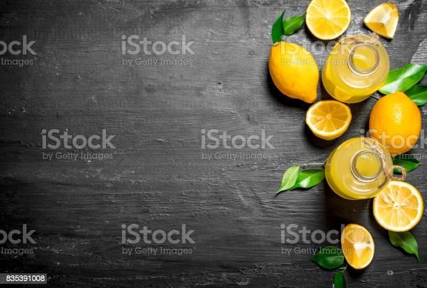 Kalte Frische Limonade Mit Scheiben Von Reifen Zitronen Stockfoto und mehr Bilder von Alt