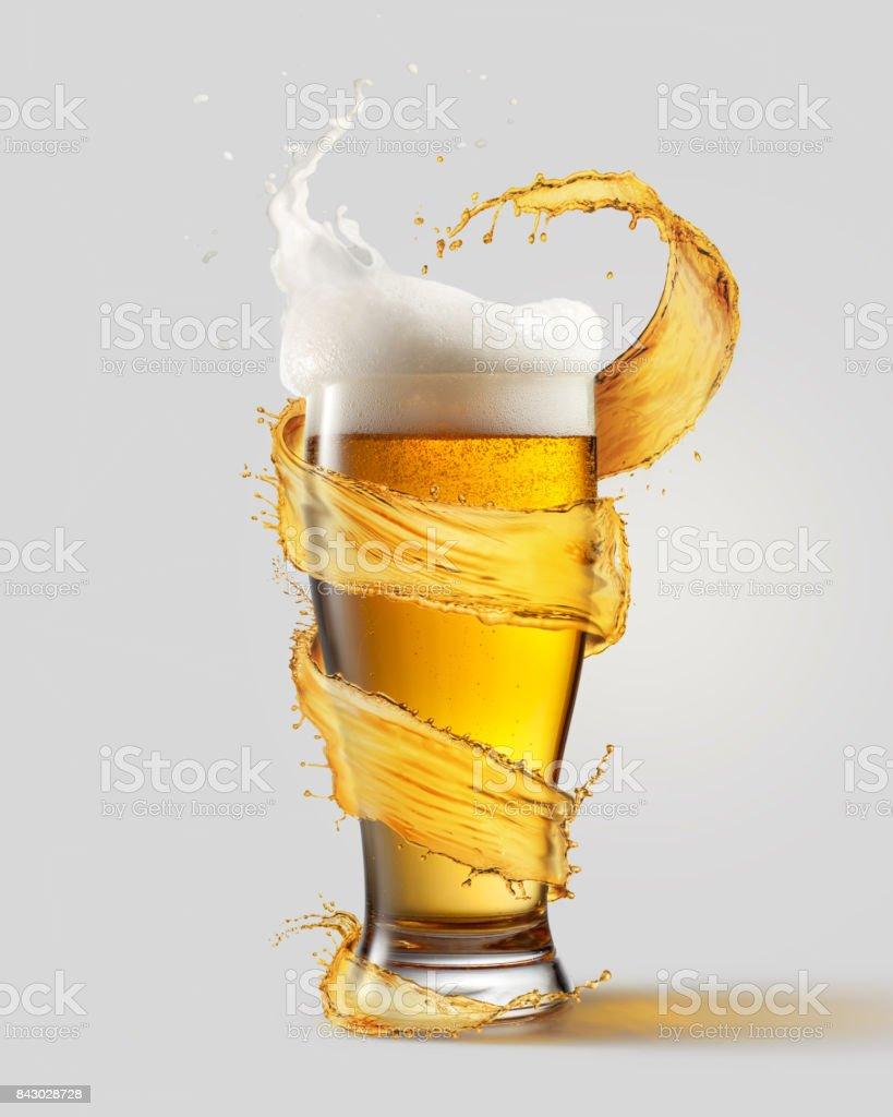 Una copa fría de cerveza y un chorrito - foto de stock
