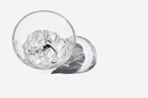 影、白い背景の上にある氷の水の冷たいガラス ストックフォト