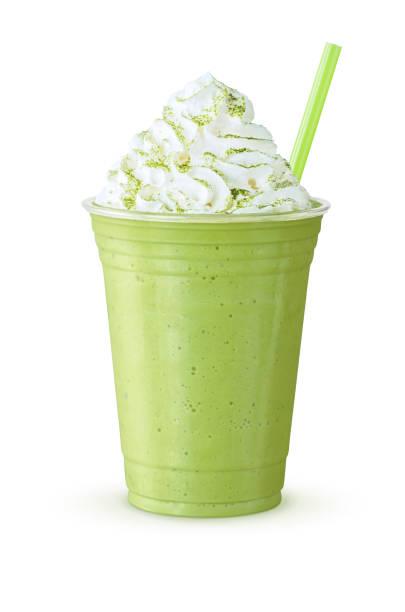 Froid de thé vert Matcha Frappe ou Shake avec crème fouettée et de la paille sur fond blanc - Photo