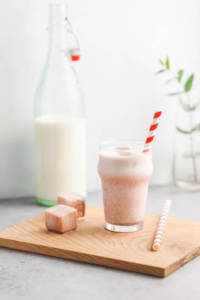 kalten latte besteht aus kaffee eiswürfel und milch. das konzept eines gesunden lebensstils und gute laune. - kaffee protein shakes stock-fotos und bilder