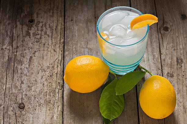gekühlte limonade - picknick tisch kühler stock-fotos und bilder