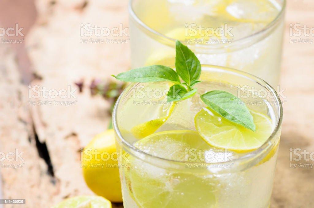 Kalte Limonade mit Eis und frische Zitrone – Foto