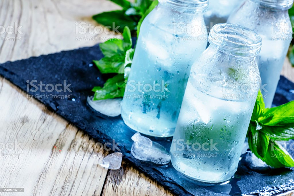 cold mineral water with ice - foto de acervo