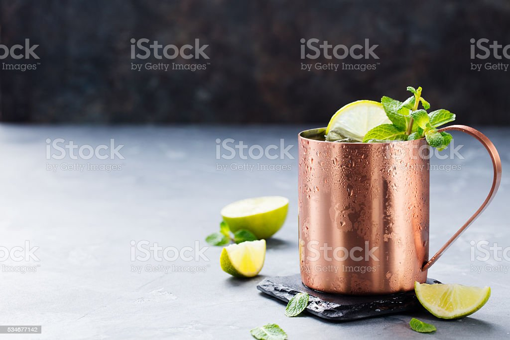 Cold Moscow Mules cocktail with ginger beer, vodka, lime foto