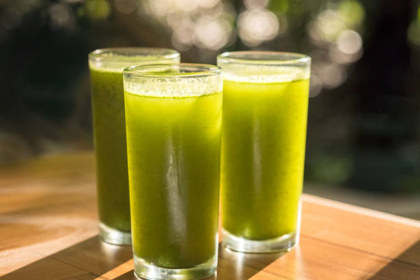 jus d'épinards, nopal, concombre, ananas, persil, jus d'orange pressée à froid - cold pressed photos et images de collection