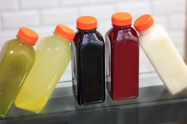 jus de fruits en bouteilles, pressée à froid - cold pressed photos et images de collection
