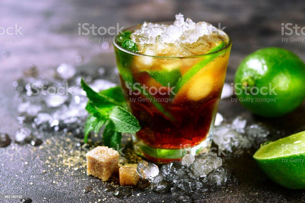 Kalte Refreshiing Sommer cocktail Cuba Libre oder Eistee mit Kalk – Foto