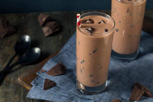 kalte erfrischende eiskaffee heiße schokomilch - kaffee protein shakes stock-fotos und bilder
