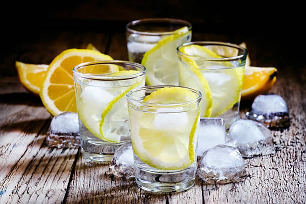 Froid, de vodka et de citron et de glace en verre - Photo