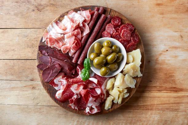 kalt geräucherte fleisch und käse-platte - salami vorspeise stock-fotos und bilder