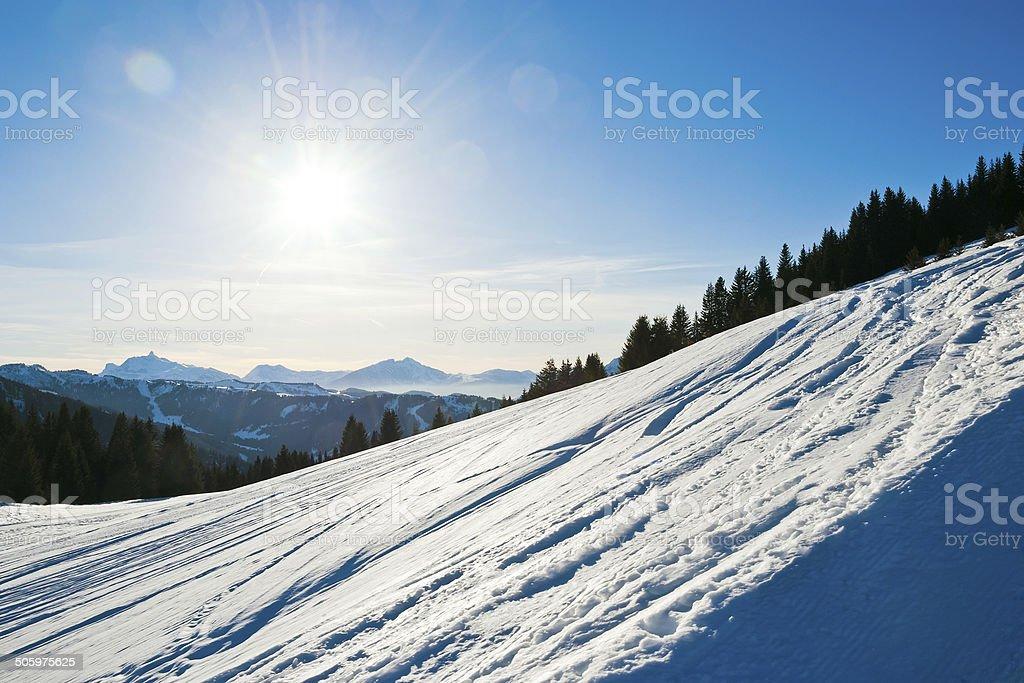 Piste de ski sur neige fraîche montagne des Alpes, France - Photo