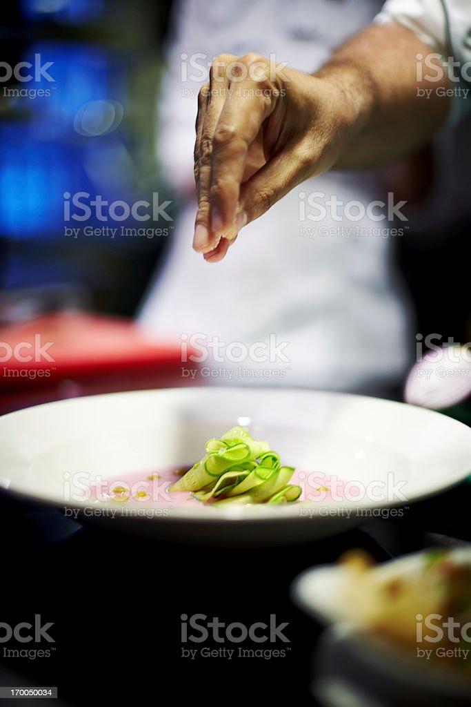Soupe froide en été avec des tranches de courgettes morceaux sur elle. - Photo