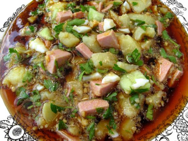 kalte gemüsesuppe auf basis kwas (lauchzwiebel) - fenchel überbacken stock-fotos und bilder