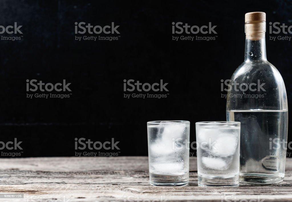 Kalten Wodka in Schnapsgläser auf schwarzem Hintergrund – Foto