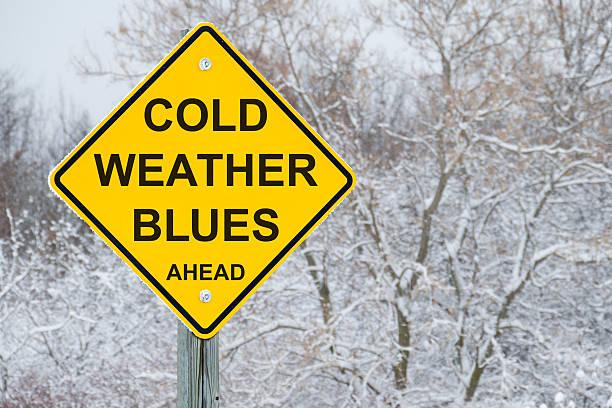 kaltes wetter blues voraus straßenschild - blues stock-fotos und bilder