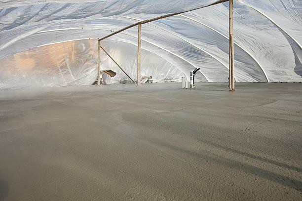 kaltes wetter neuer beton felsplatte unter zelt - planenzelt stock-fotos und bilder