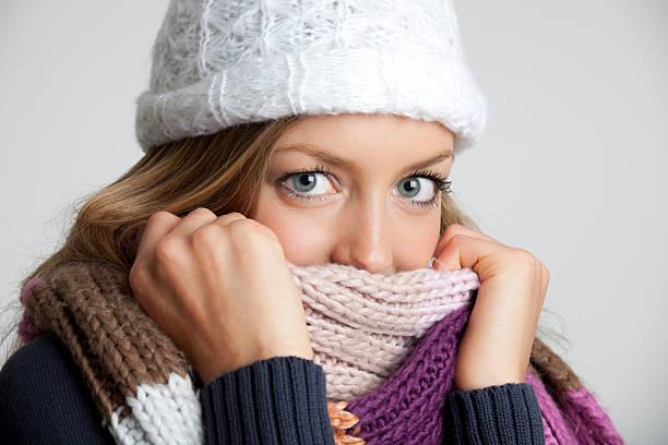 kalte winter - mützenschal stock-fotos und bilder