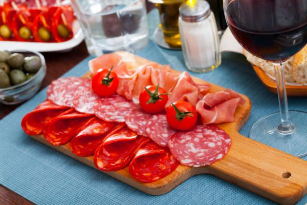 coldcuts de jamón curado y embutidos españoles - fuet sausages fotografías e imágenes de stock