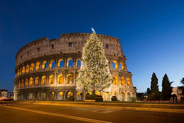 coliseum und weihnachtsbaum, rom, italien - italienischer weihnachten stock-fotos und bilder