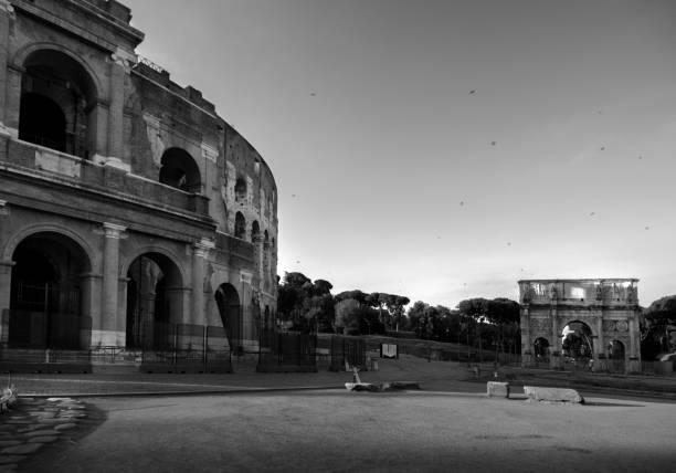 coliseum and monumental arch of constantine - colosseo 1900 foto e immagini stock