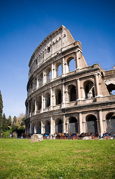 Kolosseum in Rom mit lebhaften blauen Himmel – Foto