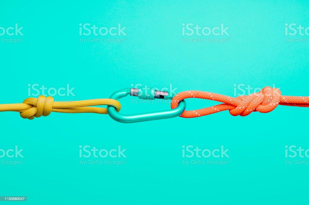 Conceitos de conexão, cordas e carabiners.  Colaboração e conceitos de conexão, cordas e carabiners.  Colaboração e conceitos de conexão, cordas e carabiners.  Colaboração e conceitos de conexão, cordas e carabiners. - Foto de stock de Acordo royalty-free