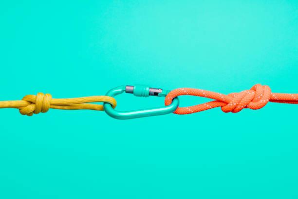 conceptos de conexión, cuerdas y mosquetones.  conceptos de colaboración y conexión, cuerdas y mosquetones.  conceptos de colaboración y conexión, cuerdas y mosquetones.  conceptos de colaboración y conexión, cuerdas y mosquetones. - soporte conceptos fotografías e imágenes de stock
