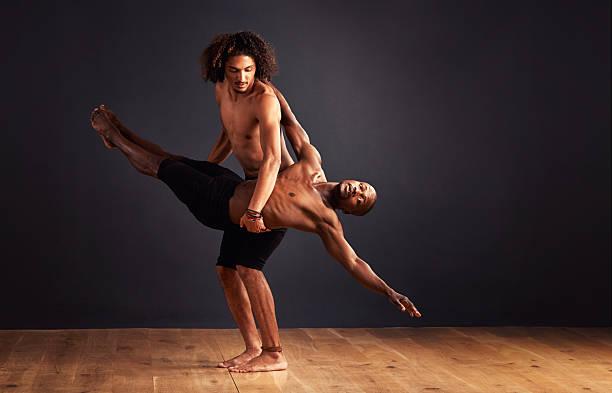 kollaborativ ausdruck - männliche körperkunst stock-fotos und bilder