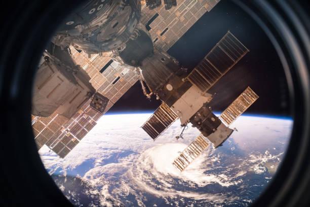 Collage-Bild mit Erde aus dem Weltraum aus dem ISS-Fenster. Riesige Hurrikan. Elemente des Bildes von der NASA eingerichtet. – Foto