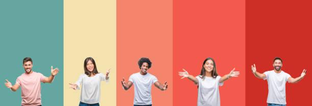 collage de diferentes etnias jóvenes sobre rayas coloridas de fondo aislado mirando a la cámara sonriendo con los brazos abiertos para abrazar. expresión alegre que abraza la felicidad. - saludar fotografías e imágenes de stock