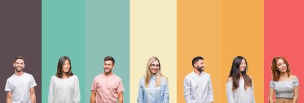 拼貼不同民族的年輕人在五顏六色的條紋孤立的背景看著一邊面帶微笑, 自然的表情。笑著自信。 - 中等人數群 個照片及圖片檔